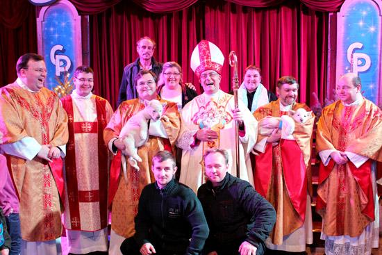 Weihbischof König und Priester im Gelsenkirchener Weihnachtscircus mit Familie Probst und Tierlehrer Ludwik Berousek