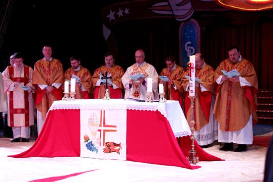 Die Feier der Heiligen Messe im Zirkuszelt am 2. Januar 2014